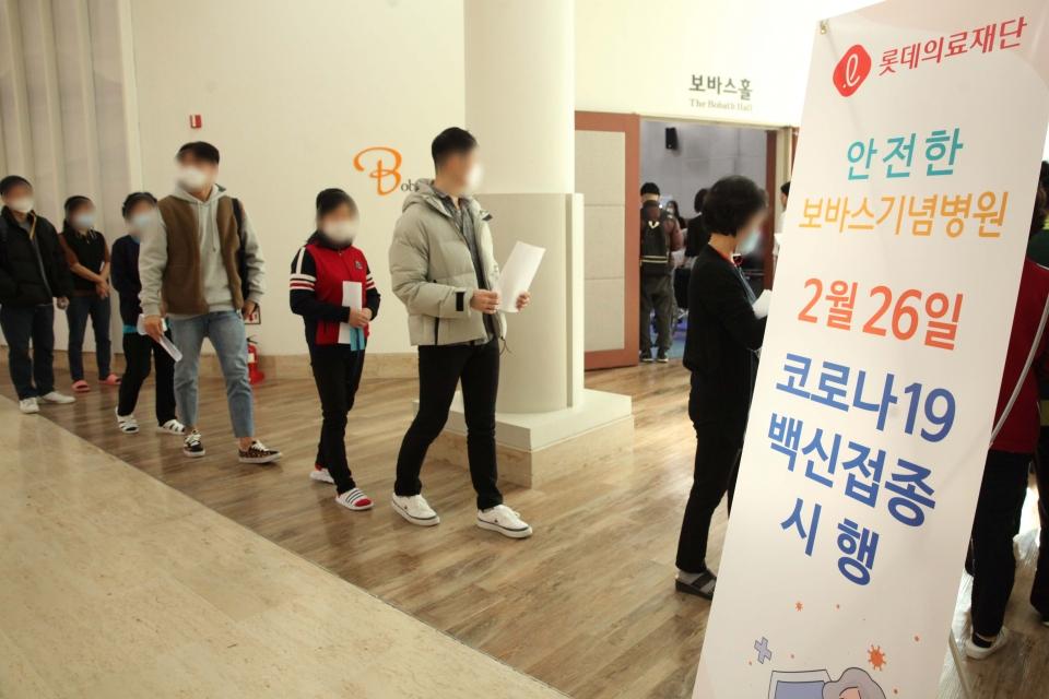 26일 오전 경기도 성남시 보바스기념병원에서 코로나19 예방접종이 시작됐다. ⓒ홍수형 기자