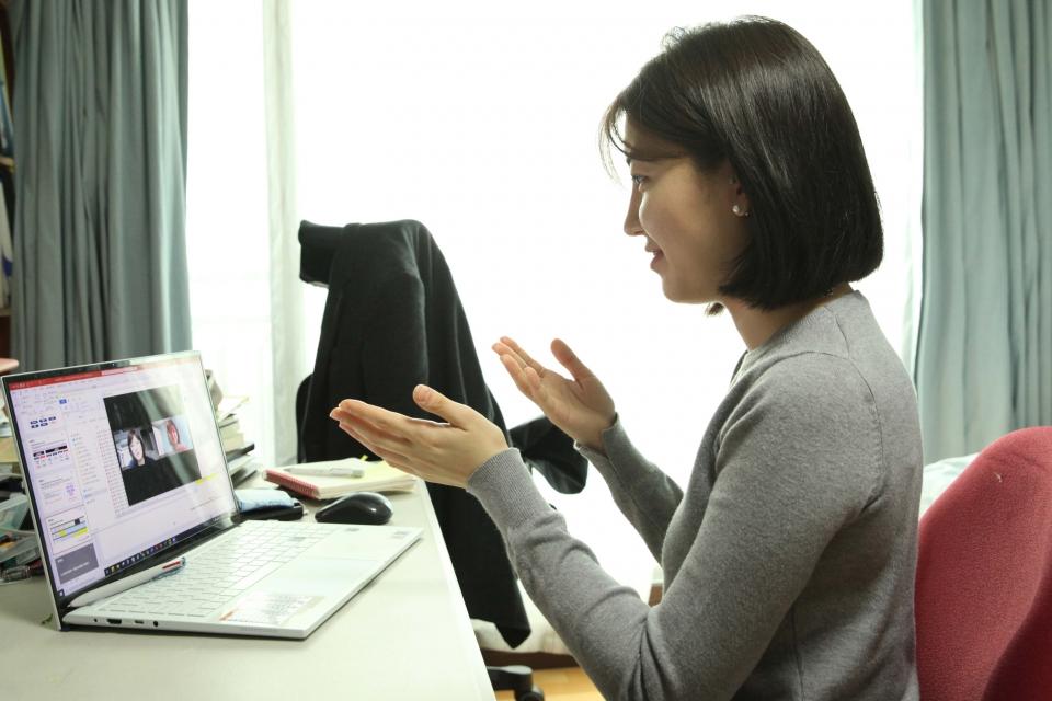 26일 오후 서울 서초구에 위치한 한 거주지에서 김 다미(30) 씨는 재택 근무중 화상 회의를 하고 있다. ⓒ홍수형 기자