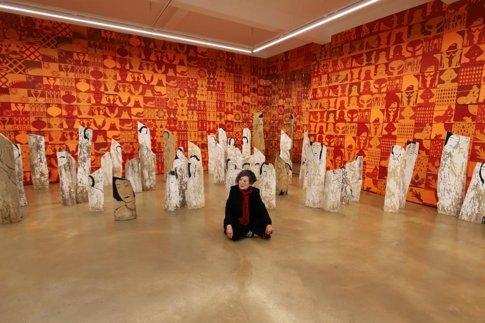 설치 작업 '붉은 방'에서 포즈를 취하고 있는 윤석남 화백. ⓒ학고재