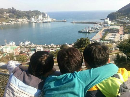 애광원 거주 지적장애아동들이 윈드밀테라스에서 장승포 바다를 바라보고 있다. ⓒ애광원