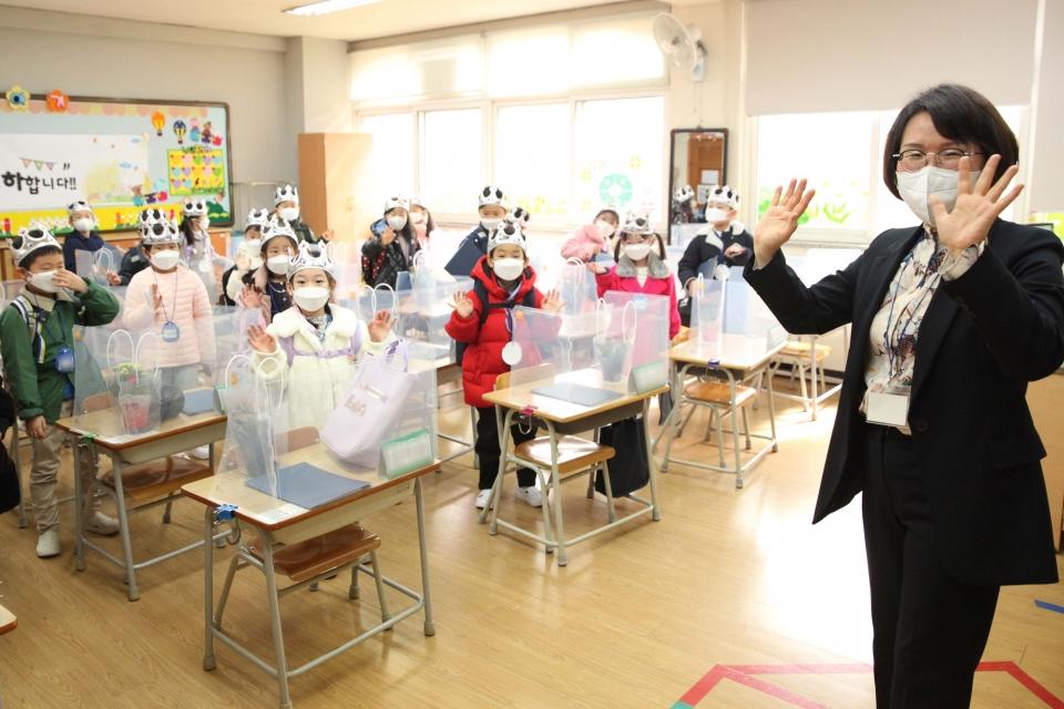 2일 오전 경기도 성남시 당촌초등학교 1학년 교실에서 입학식이 진행되고 있다. ⓒ홍수형 기자