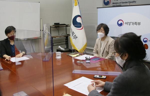 정영애 여성가족부 장관이 3월 2일(화) 오후 정부서울청사에서 일본군'위안부' 현안 관련 전문가 간담회를 개최하고 모두 발언을 하고 있다. ⓒ여성가족부
