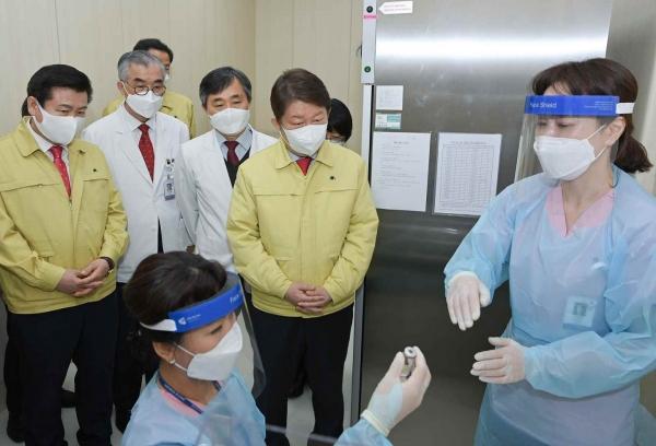 권영진 대구시장이 2월 25일 코로나19 대응 대구 제1호 예방접종센터(계명대 동산병원)에서 를 찾아 모의훈련에 참가하고 있다.  ⓒ대구시