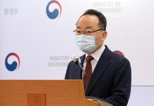 황석태 환경부 생활환경정책실장이 2일 오전 정부세종청사에서 2050년 탄소중립 실현을 위한 2021년 환경부 탄소중립 이행계획을 발표하고 있다.