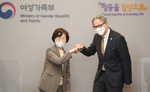 정영애 여성가족부 장관과 야콥 할그렌 주한스웨덴 대사가 3일(수) 오후, 성평등 정책 협력 강화를 위해 열린 면담 자리에서 인사를 나누고 있다. ⓒ뉴시스·여성신문