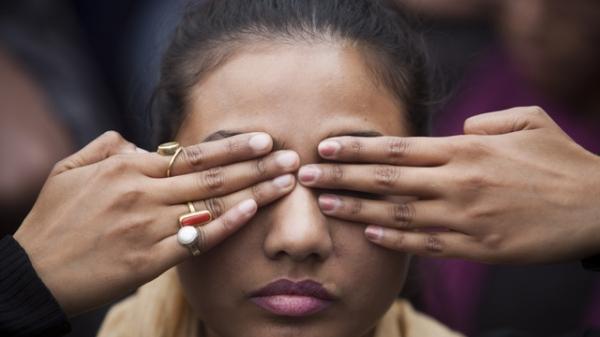 한 인도 소녀가 여성에 대한 폭력에 대한 경각심을 일깨우기 위한 거리 연극에서 연기를 하고 있다. ⓒAP/뉴시스