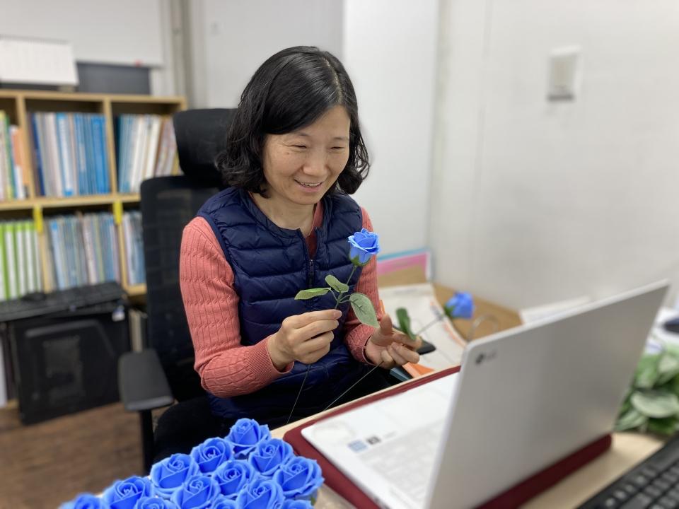 한국여성의전화가 에어비앤비 코리아와 함께 개최하는 세계 여성의 날 온라인 체험 행사에서는 여성 존엄을 상징하는 장미를 직접 만들게 된다. ⓒ한국여성의전화