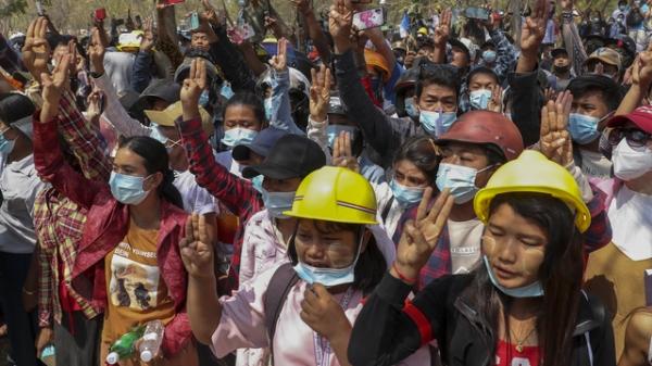 현지시간 4일 미얀마 만달레이에서 열린 반 쿠데타 시위 도중 보안군의 총격에 사망한 19세 여성 카알 신의 장례식에서 시민들이 저항의 상징인 세 손가락 표시를 하고 있다.  ⓒAP/뉴시스