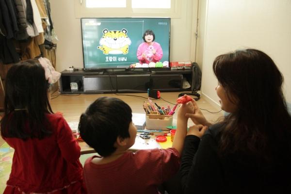 '엄마들도 개학' <br>21일 오전 서울 동작구 한 가정에서 초등학교 1학년인 학생이 티비로 통해 어머니와 온라인 수업을 듣고 있다. 이제 8살이 된 학생은 유치원 졸업 후 새로운 학교에서 새로운 친구들을 만날 시간을 기대했지만 코로나19로 인해 그 꿈은 언제 이룰 수 있는지 답답해 했다. ⓒ홍수형 기자