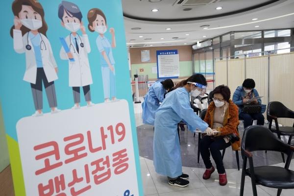접종 대상자에게 성북구 보건소 직원이 코로나19백신 접종에 대한 안내를 하고 있다. ⓒ성북구청