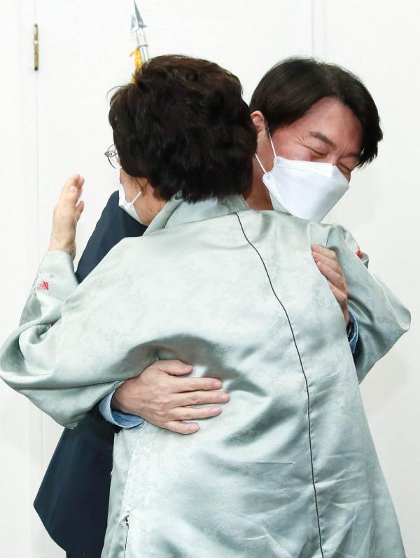 일본군 위안부 피해자이자 인권활동가인 이용수 할머니가 5일 오후 서울 여의도 국회 국민의당 대표실을 방문해 안철수 국민의당 대표와 포옹하고 있다. ⓒ뉴시스·여성신문