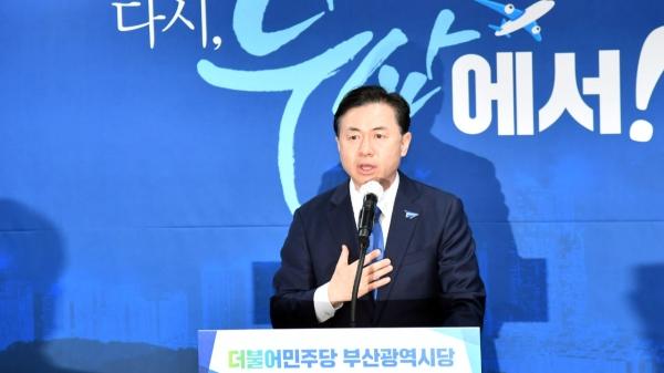 6일 오후 부산 연제구 민주당 부산시당에서 김영춘 전 해양수산부 장관이 최종 후보로 선출된 이후 수락 연설을 하고 있다. ⓒ뉴시스