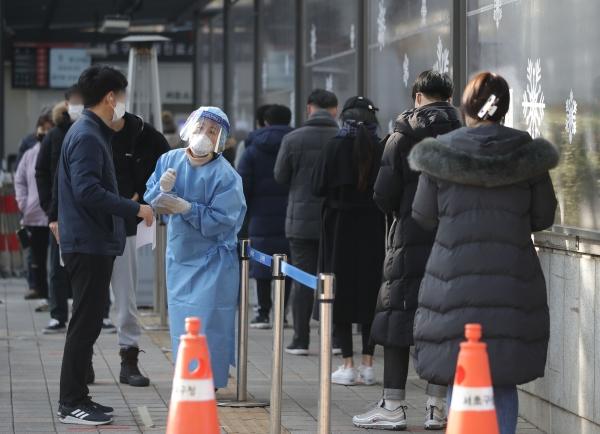 5일 오전 서울 서초구 보건소에 마련된 선별진료소에서 시민들이 검사를 받기위해 대기하고 있다. ⓒ뉴시스·여성신문
