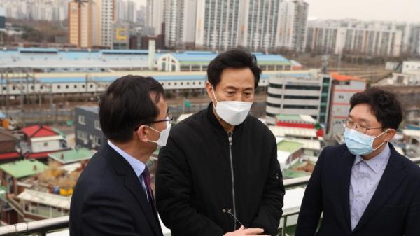 오세훈 국민의힘 서울시장 보궐선거 후보가 6일 서울 구로구 구로차량기지 방문해 설명을 듣고 있다. ⓒ오세훈캠프