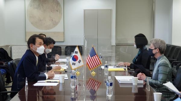 정은보 한미 방위비분담금 협상대사와 도나 웰튼 미 대표가 방위비분담협상을 벌이고 있다. ⓒ외교부/뉴시스