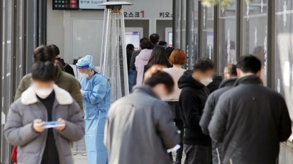 신종 코로나바이러스(코로나19) 감염증 신규 확진자 수가 398명으로 집계된 5일 오전 서울 서초구 보건소에 마련된 선별진료소에서 시민들이 검사를 받기위해 대기하고 있다.