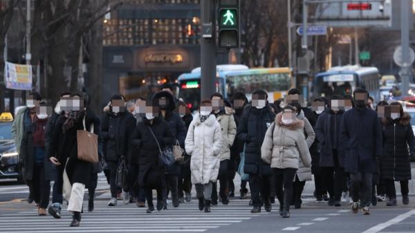 19일 서울 광화문 사거리에서 옷을 두텁게 입은 시민들이 출근하고 있다. ⓒ뉴시스