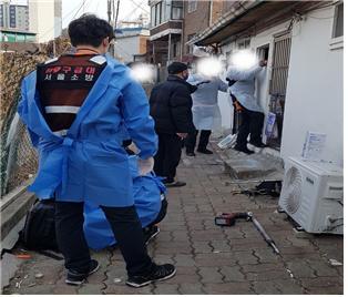 성북구 돈암1동 주민센터에서 평소 관리하던 독거어르신이 연락이 닿지 않자 담당 공무원과 119 소방대원이 현장에 방문해 응급상황에 대처하고 있다.  ⓒ성북구청