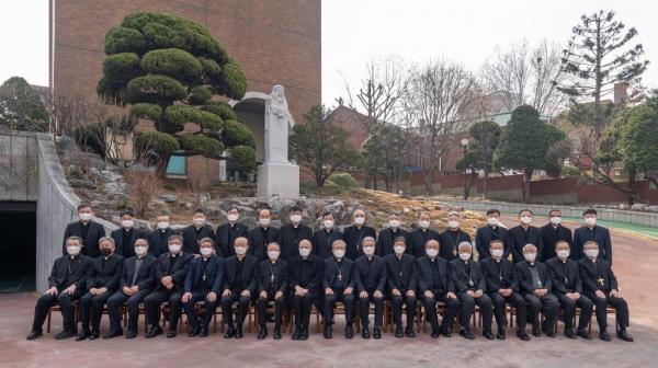 11일 한국천주교중앙협의회 춘계 정기총회를 마친 뒤 주교회 회원들이 미얀마에 연대하는 성명을 발표했다. ⓒ한국 천주교주교회의