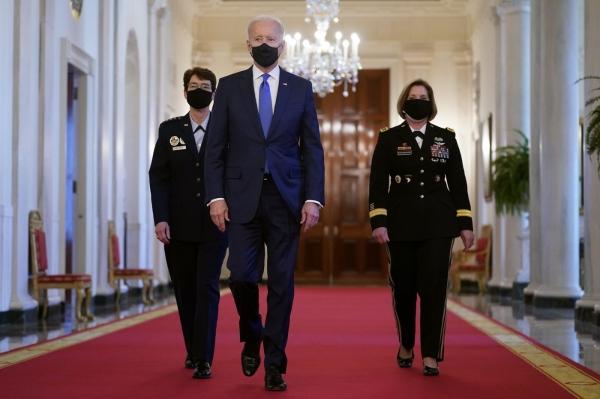 조 바이든 미국 대통령은 8일 세계여성의 날을 기념해 전투사령관으로 내정한 재클린 반 오보스트 공군 대장(왼쪽)과 로라 리처드슨 육군 중장을 백악관으로 초청해 직접 소개했다. ⓒAP/뉴시스·여성신문