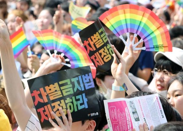 14일 서울 도심에서 열린 서울퀴어퍼레이드에는 불볕 더위에도 6만명(주최측 추산)이 모였다. ⓒ이정실 여성신문 사진기자