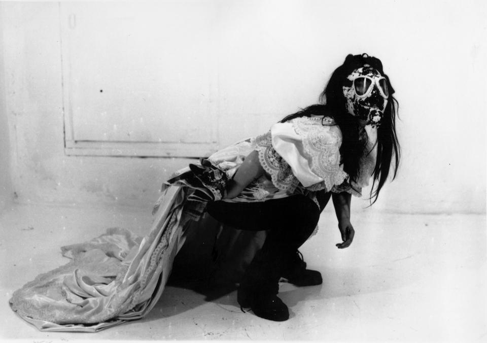 이불, 퍼포먼스 사진, 1989. 종이에 사진 인쇄 42점, 각 42 x 29.7 cm; 29.7 x 42 cm. 사진: 마사토 나카무라. ⓒ이불