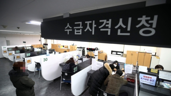 13일 서울 마포구 서울서부고용복지플러스센터에서 구직자들이 실업급여 를 신청하고 있다. ⓒ뉴시스