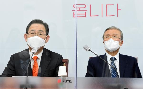 국민의힘 주호영 원내대표(왼쪽)가 18일 서울 여의도 국회에서 열린 비상대책위원회의에서 발언하고 있다. ⓒ뉴시스·여성신문