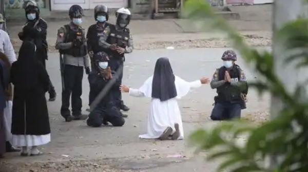 미얀마 무릎 꿇은 수녀 ⓒAP/뉴시스·여성신문