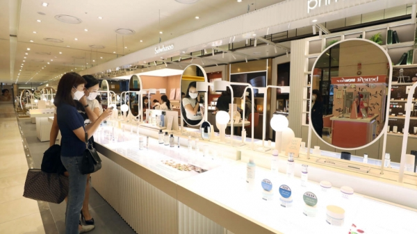 5일 서울 동대문구 롯데백화점 청량리점 '아모레스토어'를 찾은 시민들이 QR코드로 제품 설명을 확인하고 있다.  ⓒ뉴시스