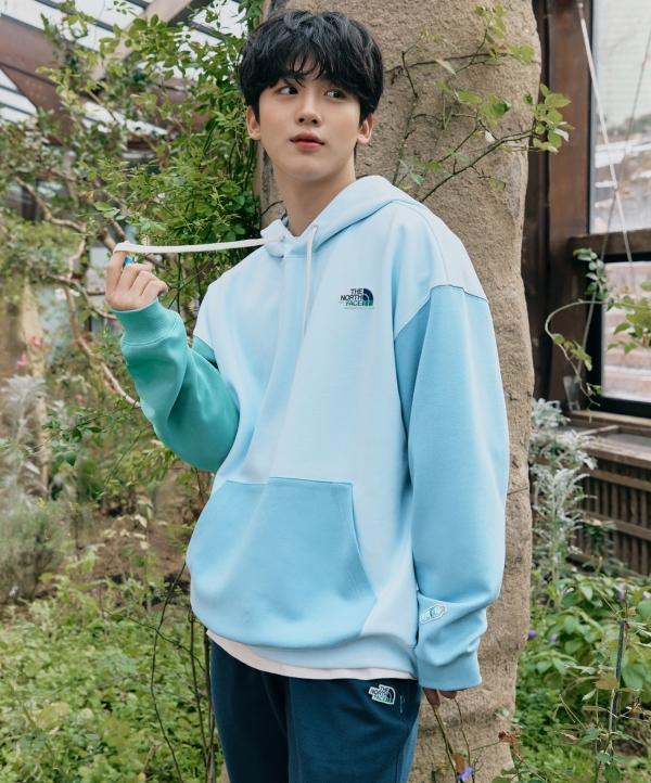 노스페이스 'K에코(K-ECO) 삼다수 컬렉션' 중 에센셜 컬러 블록 후디를 착용한 홍보대사 김요한 ⓒ노스페이스