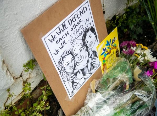 17일(현지시간) 미국 조지아주 애틀랜타 총격 사건으로 3명이 숨진 애틀랜타의 '골드 스파' 앞에  희생자들을 추모하는 그림과 꽃들이 놓여 있다. ⓒAP/뉴시스·여성신문