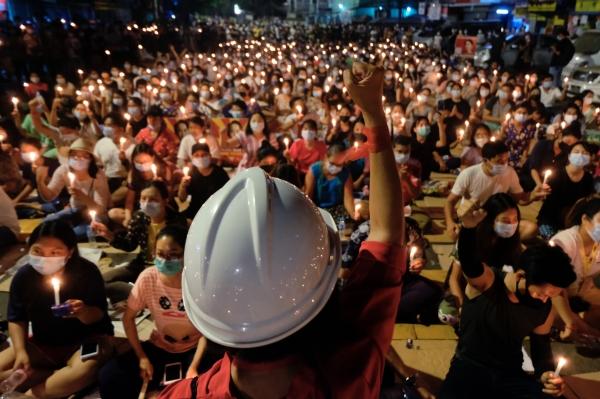 미얀마에서 어린이 희생자가 잇따라 발생하며 안타까움과 분노의 목소리가 커지고 있다. 사진은 지난 14일 미얀마 양곤에서 열린 군부 쿠데타 반대 촛불집회 당시 모습.  ⓒ뉴시스·여성신문