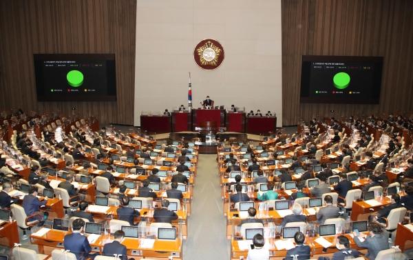 24일 서울 여의도 국회에서 열린 본회의에서 스토킹범죄의 처벌 등에 관한 법률안이 가결됐다.  ⓒ뉴시스‧여성신문