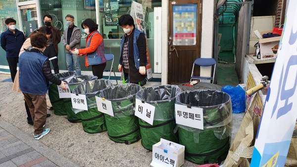19일 은평구 주민들이 그린 모아모아 사업에 참여하고 있다. ⓒ여성신문<br>