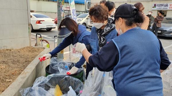 19일 은평구 주민들이 재활용 분리수거를 하고 있다. ⓒ여성신문<br>