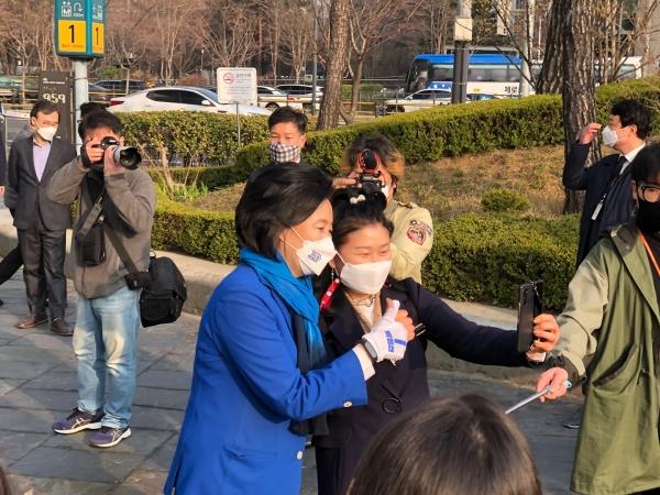 박영선 더불어민주당 서울시장 후보는 25일 오전 서울 구로구 현대백화점 앞에서 출근하는 시민들에게 인사를 건넸다.