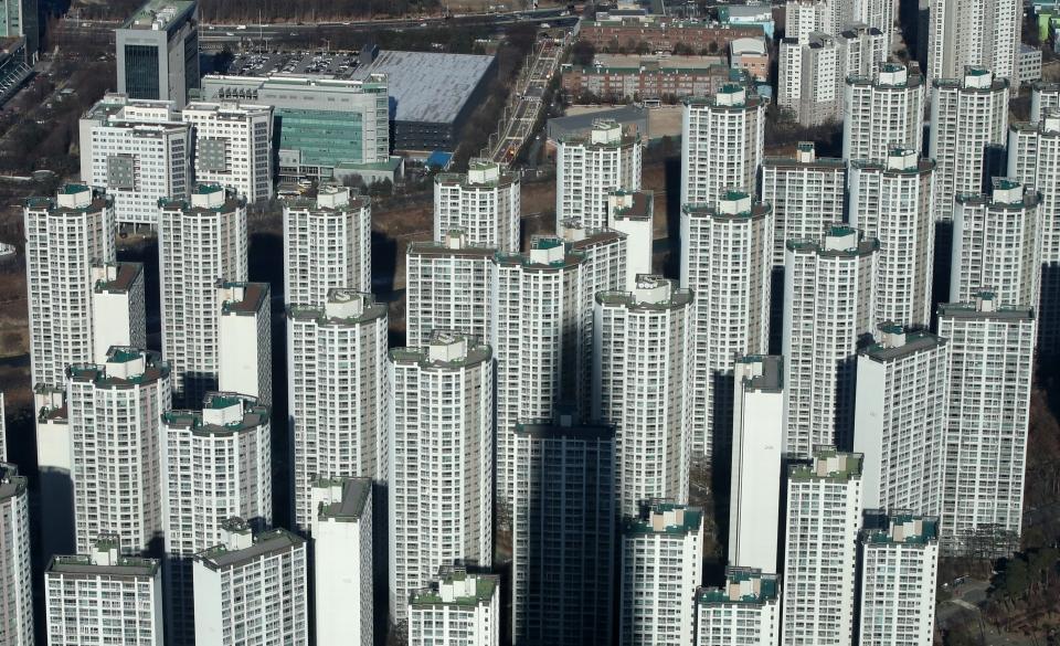 서울 송파구 롯데월드타워 서울스카이에서 바라본 서울 시내 아파트 단지 모습이 보이고 있다. 이날 한국부동산원에 따르면 12월 첫째주 전국 아파트값 상승률은 전주(0.23%)대비 0.04%포인트 높은 0.27%로 집계됐다고 밝혔다. 이는 한국부동산원이 통계 작성을 시작한 2012년 5월 이후 8년 7개월 만에 최대 상승 폭이다. 2020.12.15. ⓒ뉴시스·여성신문