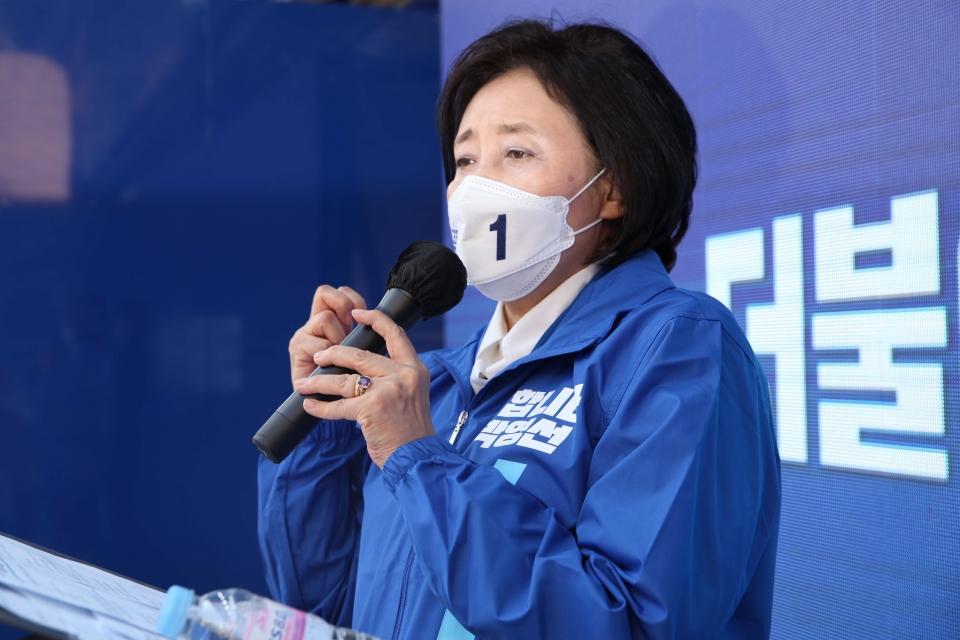 25일 오전 서울 구로구 지플러스타워 앞에서 박영선 더불어민주당 서울시장 후보는 공식선거운동 '달려라 써니 출정식' 선거운동을 하고 있다. ⓒ홍수형 기자
