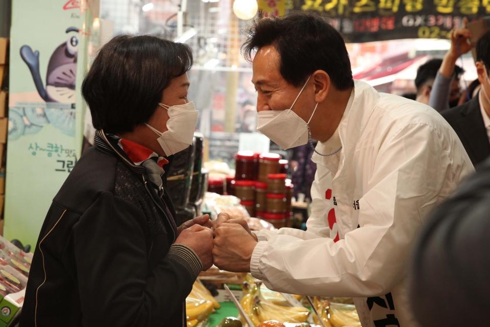 25일 오후 서울 중랑구 동원시장에서 오세훈 국민의힘 서울시장 후보가 선거유세를 펼쳤다. ⓒ홍수형 기자