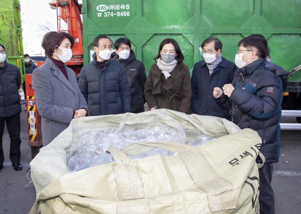 한정애 환경부 장관이 2월18일 오후 경기도 오산시에 위치한 한 아파트를 방문해 관계자들과 함께 투명페트병 분리배출 현장을 점검하고 있다. ⓒ환경부