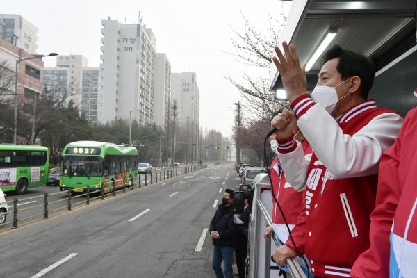 오세훈 국민의힘 서울시장 후보가 26일 오전 서울 강서구 양천로 증미역사거리에서 차량유세를 하고 있다.