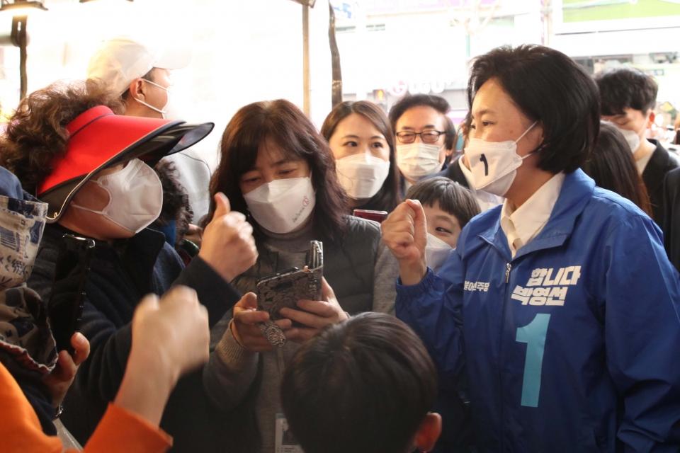 박영선 더불어민주당 서울시장 후보가 선거운동 이틀째인 26일 오후 서울 마포구 망원시장에서 시민들과 인사를 하고 있다. ⓒ홍수형 기자