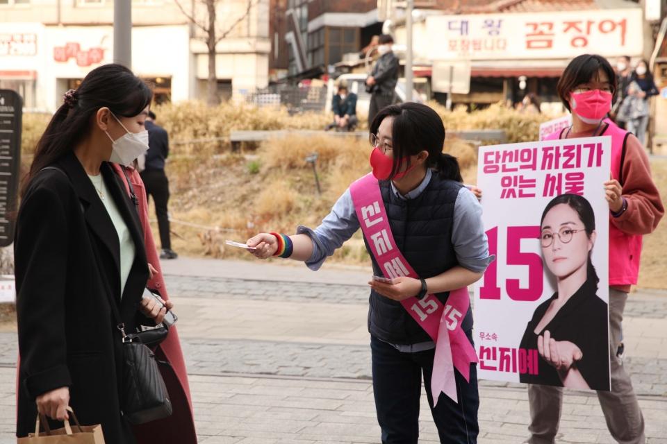 신지예 팀서울 무소속 서울시장 후보가 선거운동 이틀째인 26일 서울 마포구 연트럴파크에서 시민들과 인사를 나누고 있다. ⓒ홍수형 기자