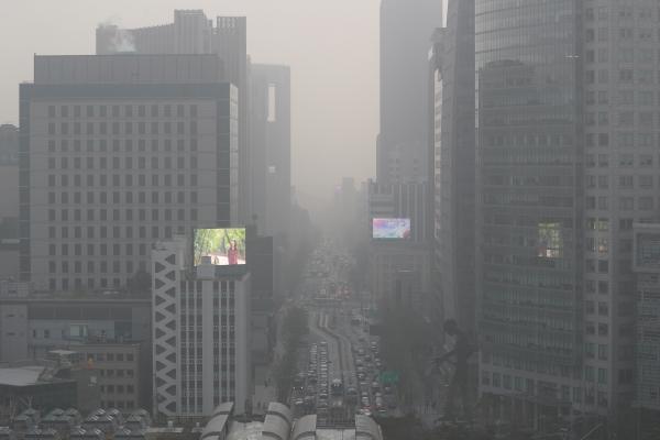 전국 미세먼지와 초미세먼지가 '매우나쁨', 황사가 '나쁨'을 기록한 29일 서울 종로 도심 일대 대기가 탁하다.