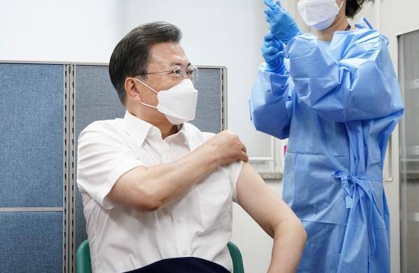 문재인 대통령이 3월 23일 오전 서울 종로구보건소에서 아스트라제네카(AZ)사의 코로나19 백신을 접종하고 있다. ⓒ여성신문‧뉴시스