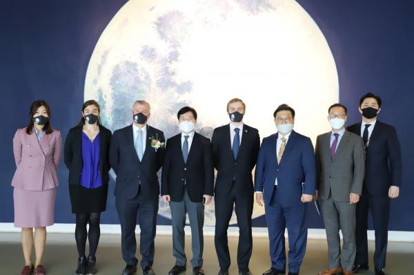 대구예술발전소의 포토존으로 유명한 변지현 작가의 '달'작품 앞에서 주한 영국대사 일행과 대구문화재단 대표이사 및 임원들이 기념 사진을 찍었다. ⓒ대구문화재단