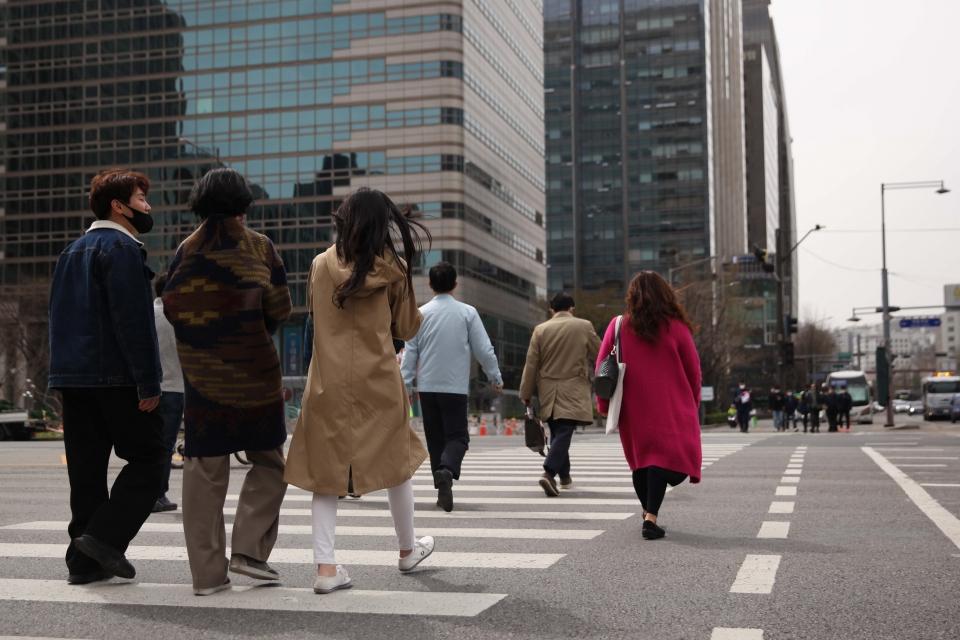 29일 오후 서울 종로구 광화문 사거리에 시민들은 발걸음을 옮기고 있다. ⓒ홍수형 기자