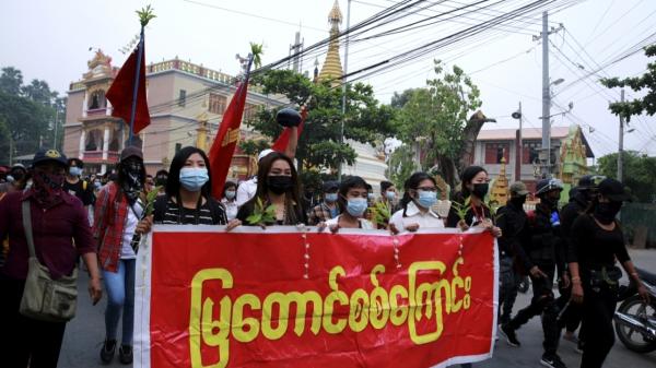 26일 미얀마 만달레이에서 반 쿠데타 시위대가 현수막과 깃발을 들고 행진하고 있다. ⓒAP/뉴시스