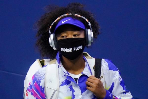 나오미 오사카는 인종차별 반대에 앞장서 목소리를 내왔다. 사진은 지난해 9월 8일, '조지 플로이드'라고 쓰인 마스크를 쓰고 코트에 들어서는 모습. 조지 플로이드는 인종차별로 인해 사망한 아프리카계 미국인이다.  ⓒAP